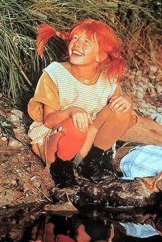 Pippi langkous De roman draait om een vrijgevochten jong meisje, Pippi (voluit Pippilotta Victualia Rolgordijna Kruizemuntina Tafelkledia Efraïmsdochter[1]) Langkous, wier moeder in de hemel woont en wier vader, Efraïm Langkous, piratenhoofdman en negerkoning van het eiland Taka-Tukaland is. Bovendien is hij schatrijk en bijna even sterk als zijn dochter. Ze woont samen met haar aapje, meneer Nilsson, en haar paard Kleine Witje in Villa Kakelbont,