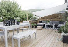 Des voilages et des tapis pour créer des espaces sur la terrasse en bois // Net curtain and carpet on a woody terrace