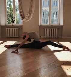Gymnastics Poses, Gymnastics Workout, Dance Photography Poses, Dance Poses, Yoga Pictures, Dance Pictures, Yoga Dance, Dance Art, Flexibility Dance