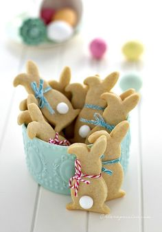 Easy to make Easter recipes. Bunny pancakes, bunny wafelf, easter bunny scrambled eggs, easter chickens and styles Easter eggs. Bunny Party, Easter Party, Easter Cookies, Easter Treats, Easter Food, Summer Cookies, Baby Cookies, Heart Cookies, Valentine Cookies