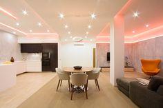 un appartamento luminoso e moderno illuminato da faretti led bianchi