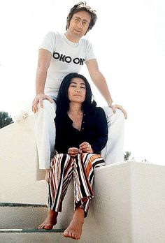 John Lennon and Yoko Ono. This picture pretty much sums up how much Yoko inspired John. He was her biggest fan really. Ringo Starr, Jhon Lennon, John Lennon Yoko Ono, Les Beatles, John Lennon Beatles, John Lennon Lyrics, George Harrison, Paul Mccartney, Beatles Photos