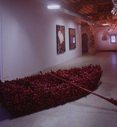 Yayoi Kusama repetitive vision, phallus  boat , 2000 technique mixte, textile, bois, metal 350x50x80cm galerie Pièce Unique Paris, exposition Fodation Salomon (Alex 74)