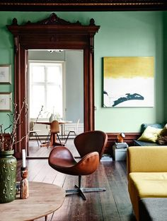 Palette The timeless 'Swan Chair' designed by Arne Jacobsen for Fritz Hansen of Denmark in Photo: Elle Decor Living Room Green, Green Rooms, My Living Room, Living Spaces, Mint Green Walls, White Walls, Yellow, Natural Wood Trim, Dark Wood Trim