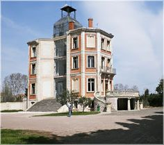 Nord-est Llibertari: Reobertura patrimonial de la Maternitat d'Elna. Espais de la memòria de la Retirada de 1939 La Maternitat d'Elna, el centre d'acolliment per a exiliades en estat i infants fundat per la infermera suïssa Elisabeth Eidenbenz l'any 1939, reobre les portes al públic aquest dissabte 16 de febrer, quan s'hi ha acabat la primera fase de rehabilitació. El palauet de Bardou, a la localitat rossellonesa d'Elna, ha estat convertit en un espai de memòria.