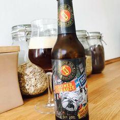 Dunkel wie ein Darkroom im Berliner Berghain kommt das Berliner Schnauze von Schoppe Bräu Berlin daher. Herb, rauchig und am Ende doch eine leichte Malzsüße, dass sind Charaktereigenschaften des Bieres und tatsächlich werden derartige Verhaltensauswüchse auch dem ein oder anderen Berliner zu geschrieben.  Wie so oft scheiden sich an Berlin die Geister, so auch bei diesem Bier. Wer grundsätzlich dunklen Bieren offen gegenübersteht sollte das Bier mal testen, allen anderen würde ich eher zu…