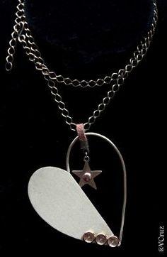 Colar coração estilizado em metal  Detalhe pingente de estrela com couro  Dimensões: 7cmX6cm  Tamanho da corrente: 30cm