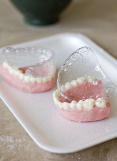 OMG - Can't wait for Halloween to make these! Teeth in Chocolate Halloween Finger Foods, Halloween Desserts, Halloween Treats, Halloween Decorations, Creepy Food, Weird Food, Custom Chocolate, Chocolate Molds, Dental Cake