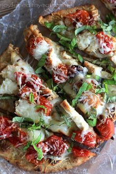 This Grilled Chicken Margherita Pizza is a delicious personal pizza with smokey grilled chicken, roasted cherry tomatoes, melty cheese and fresh basil. It's the ultimate margherita pizza recipe! Naan Pizza, Pizza Pizza, Pizza Party, Grilled Flatbread Pizza, Pizza Food, Nan Bread Pizza, Grilled Pizza Recipes, Pizza Dough, Chicken Margherita