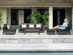 De moderne Shade loungeset bestaat uit een 3-zits bank, twee stoelen en een concept salontafel. Zowel de bank als de stoelen zijn verstelbaar en bestaan uit een duurzaam aluminium frame in de kleur lava. De kussens die de set compleet maken is gemaakt van All Weather materiaal in de kleur carbon. De concept salontafel is voorzien van een betonlook keramiek tafelblad. Keramiek is een zeer sterk materiaal en is krasvast en UV-bestendig waardoor het niet verkleurd. Lava, Outdoor Furniture Sets, Outdoor Decor, Shades, Patio, Modern, Home Decor, Trendy Tree, Decoration Home