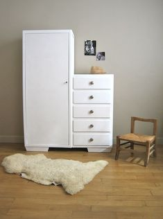 Armoire années 50 Très jolie armoire en bois léger des années 50, idéale pour la chambre de bébé : d'un côté, la penderie, et de l'autre, une colonne de tiroirs pour ranger tout le petit linge. Gro…
