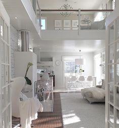 Suuri huonekorkeus ja runsas määrä luonnonvaloa tekevät olohuoneesta miellyttävän avaran