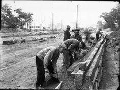 Spätsommer 1953: Arbeiter legen am Steintor eine Steinkante zwischen Straße und Bürgersteig an | Quelle: Wilhelm Hauschild