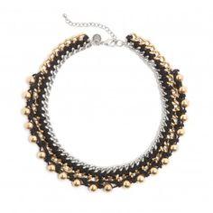Collar redondo de hilos entrelazados con cadenas metálicas y bolas en doradas en la parte exterior. Cierre con cadenita ajustable y chapita ...