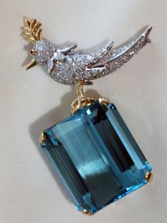 Bird on a Rock brooch in 18k gold with an emerald-cut 106.94 karat aquamarine and round brilliant diamonds in platinum