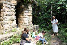 Piramide en ruinas junto con el guia Lacandon: kayon