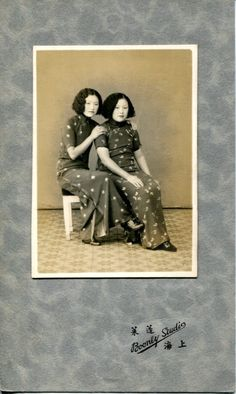 Two sisters wearing qipao in the 1920s, China - [3]旗袍の変化(2)辛亥革命(1911~12年)以後の旗袍