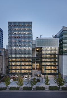 Office Building Lobby, Building Facade, System Architecture, Architecture Images, Small Buildings, Modern Buildings, Shop Facade, Archi Design, High Rise Building