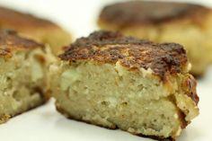 Blomkålsfrikadeller ( 8stk):  500g Blomkål, 200g rasp, 4 æg (200 g),  2 dl /200g mælk, 1 tsk /5g Havsalt, 2 knsp /0,8g Sort peber, ½ tsk allehånde, ½ tsk nellike, ½ tsk stødt muskat, 1 dl/ 60g mel (glutenfri), 20 margarine.  Blend blomkålen med rasp, æg, mælk, salt, peber, muskatnød, allehånde og nellike, til du har en ensartet fars. Tilsæt mel, indtil farsen har en konsistens, så den kan formes til frikadeller. Steg