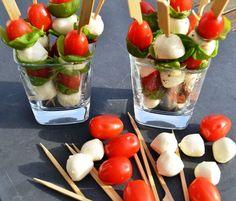 Tomate Mozzarella Sticks Mozzarella Sticks, Pesto Mozzarella, Mozarella, Party Finger Foods, Finger Food Appetizers, Appetizer Recipes, Wedding Food Menu, Party Food Buffet, Party Sandwiches