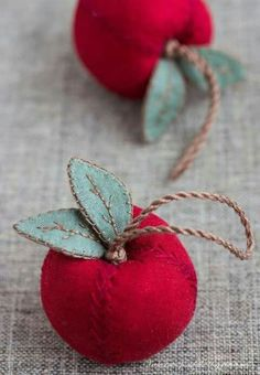 Apples, sewing, embroidery, craft by earnestine Fabric Art, Fabric Crafts, Sewing Crafts, Sewing Projects, Gold Fabric, Felt Christmas Ornaments, Christmas Crafts, Christmas Tree, Art Pages