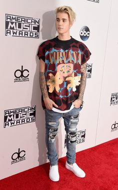 Gotta give it up for Justin Bieber for rolling up to the AMAs red carpet in jeans and a t-shirt. Justin Bieber Outfits, Justin Bieber Mode, Justin Bieber Fotos, Justin Bieber Selena Gomez, Justin Bieber Style, Justin Bieber Pictures, Justin Bieber Tattoos, Justin Bieber Wallpaper, Superenge Jeans