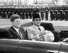 Presiden Amerika Serikat John F. Kennedy dan Presiden Indonesia Soekarno dalam sebuah mobil terbuka.