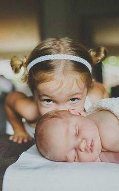 20 magnifiques photos d'enfants en compagnies de leur sœur ou leur frère. Trop touchant !