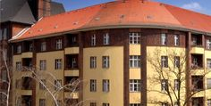 Ottimo investimento a Charlottenburg! Vi offriamo un bilocale affittato in una tranquilla strada a pochi minuti dal castello di Charlottenburg. L'appartamento si trova al piano rialzato e si compone di tre stanze, cucina separata e bagno.    L'inquilino paga un affitto mensile di 308,82 € e la rendita annuale al netto di tutte le spese condominiali ammonta a 3,90%.