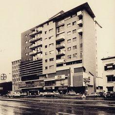 Edificio Canaima. Este edificio ubicado en la avenida Francisco de Miranda a la altura del Rosal, fui concluido en 1955, siendo diseñado por el arquitecto Narciso Bárcenas. Este edificio contiene locales en planta baja, dos pisos de oficinas y el resto de los 7 pisos residenciales, donde se encuentran 4 apartamentos por planta, y el último piso una terraza.