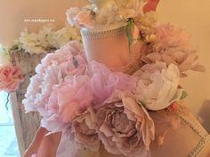 Couronne de roses en papier,pivoines en papier,faites mains. Mannequin avec couronne. Couronne Shabby Chic, Dress Form Mannequin, Vanities, Decoration, Roses, Pretty, Pink Wreath, Paper Peonies, Garland