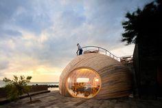 architecture organique- fenêtre ronde et toit-terrasse, vue le soir
