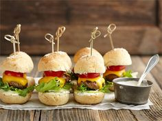 Slidersit eli suupalahampurilaiset Salmon Burgers, Cheddar, Sliders, Brunch, Yummy Food, Snacks, Chicken, Ethnic Recipes, Friends