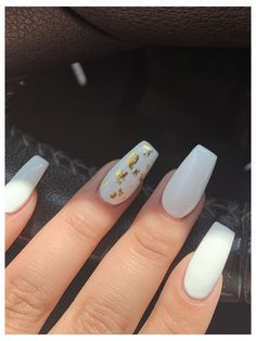Gold Acrylic Nails, Acrylic Nails Coffin Short, Simple Acrylic Nails, Gold Nails, White Nails With Gold, White Nails With Design, Gel Nagel Design, Acryl Nails, Gold Nail Designs