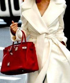 Dramatische, extravagant stijl. Het grote contrast tussen jas en handtas maakt deze outfit extravagant. Koele, heldere en donkere kleuren.