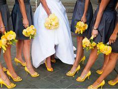 ¿Qué les parece si el color de su boda es también el color de tus zapatos y el de tus damas?