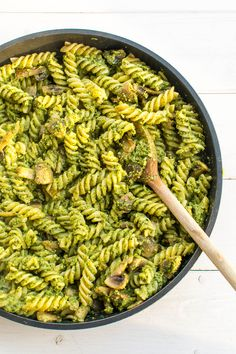 Nudeln und Champignons in Erbsen-Spinat-Pesto (vegan)