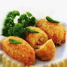 Kroket kentang - Indonesian Potato Croquettes - Food & Drink - World Trends Update Dutch Recipes, Asian Recipes, Cooking Recipes, Ethnic Recipes, Cooking Tips, Indonesian Desserts, Indonesian Cuisine, Indonesian Recipes, Mie Goreng