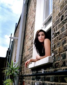Amy Winehouse in 2007. So young and healthy. she looks amazing.