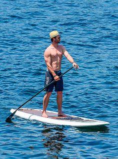 Até o nosso deus nórdico Thor precisa de um tempinho para relaxar. Chris Hemsworth decidiu curtir um clima de sol com a sua belíssima esposa, Elsa Pataky, e os dois nos deram esses cliques ótimos na ilha de Corsica, em Paris. O casal decidiu arriscar o stand-up surf (surfe em pé). Não sabemos se eles …