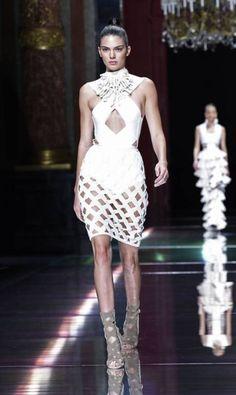 Kendall Jenner para Balmain primavera/verão 2016 MIGUEL MEDINA / AFP