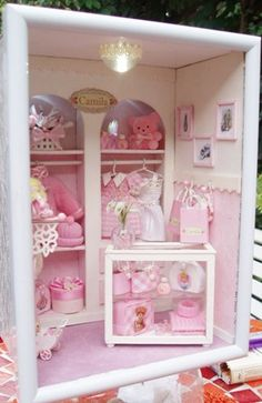 Vitrine Miniature, Miniature Rooms, Miniature Houses, Dolls House Shop, Frugal Christmas, Baby Frame, Baby Box, Small Cabinet, Dollhouse Furniture