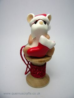 Christmas Sewing Mouse by QuernusCrafts. Polymer Clay Animals, Fimo Clay, Polymer Clay Projects, Polymer Clay Charms, Polymer Clay Art, Clay Crafts, Christmas Sewing, Christmas Crafts, Christmas Stuff