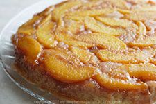 This is a lightly sweetened vegan peach upside-down cake that allows the fresh flavor of the peaches to shine through. Only fat per serving! Vegan Sweets, Vegan Desserts, Vegan Recipes, Healthier Desserts, Vegan Foods, Vegan Vegetarian, Mini Cakes, Cupcake Cakes, Cupcakes