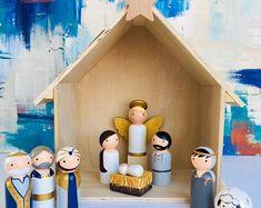 Miniature Wooden Peg Doll Nativity Set With Wood Platform Wooden Christmas Ornaments, Noel Christmas, Christmas Crafts, Christmas Nativity, Doll Crafts, Diy Doll, Paper Crafts, Wood Peg Dolls, Clothespin Dolls
