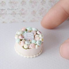 Miniature Cake Dollhouse By Bonne Chance    Polymer Clay Cake, Polymer Clay Miniatures, Polymer Clay Projects, Polymer Clay Charms, Clay Crafts, Dollhouse Miniatures, Miniature Crafts, Miniature Food, Miniature Dolls