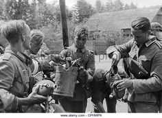 german-soldiers-during-a-rest-stop-at-a-fountain-1941-cphwp6.jpg