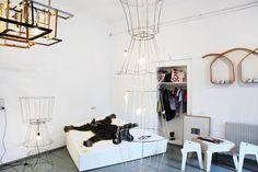 Seit 2005 arbeitet Tina Lehner als selbstständige Designerin. 2007 eröffnete sie den Arbeitssalon – theplaceof– im 6. Bezirk. Tina Lehner gestaltet an der Schnittstelle von Kunst und Design, schafft Upcycling Design und experimentiert mit Compwood. [© 7tm]