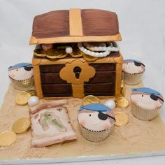 Pirate treasure with pirate cupcakes  Uploaded By: Cenar