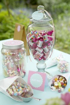candy in jars Candy Table, Candy Buffet, Dessert Table, Candy Party, Party Favors, Miss Candy, Wonka Chocolate Factory, Ideas Para Fiestas, Mason Jar Wine Glass